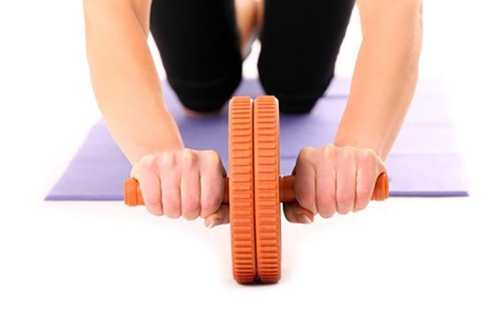 腹筋バキバキ!腹筋ローラーで効果的に効かせる正しいやり方・トレーニング法