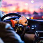 AT車のアクセルとブレーキの踏み間違いは必然?安全ペダルや装置について考察