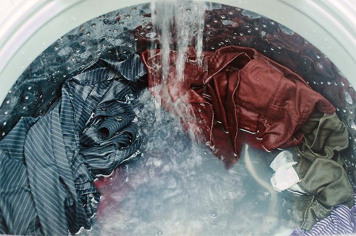 温水で洗濯する。