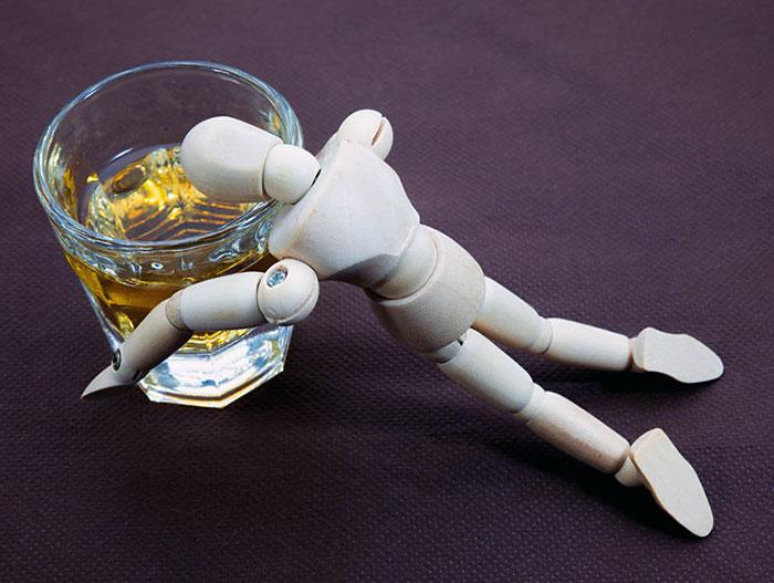 飲みすぎやアルコール過剰摂取が筋肉を分解する